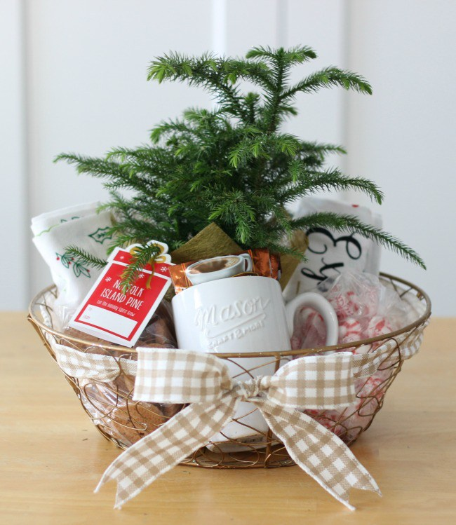 Homemade holiday hostess gift basket by Gluesticks blog #crafts