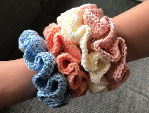 DIY crocheted scrunchies with pattern
